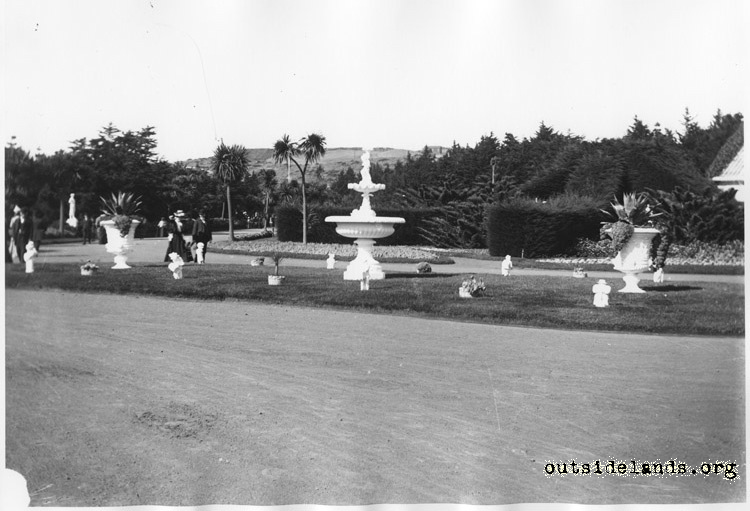 Sutro Heights. Carriage circle and fountain.